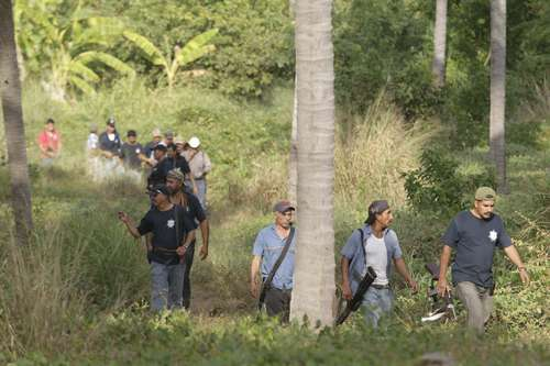 Self-defense forces (autodefensas) enter Xayakalan, Michoacán