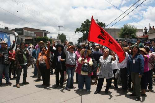 FPDT members demonstrated on the principal plaza of Atenco against the soil use change of their lands. Photo: Javier Salinas]
