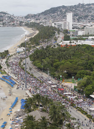 Another day of protests took place in 10 Mexican states on Saturday, October 18, demanding the presentation with life of the 43 students detained and disappeared 3 weeks ago. Marchers in Acapulco (above) also demanded the exit of Governor Angel Aguirre Rivero. Photo by Victor Camacho, La Jornada.