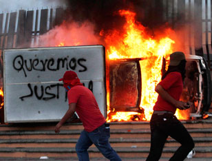 In Chilpancingo, Guerrero, hundreds of people, principally students, stoned the headquarters of the state government and burned some 20 vehicles.