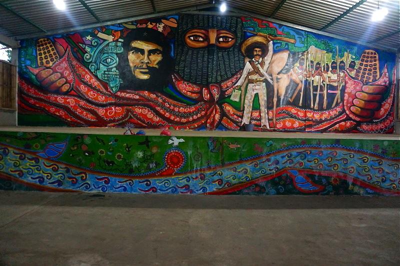 Oventik compa ero manuel for Mural zapatista