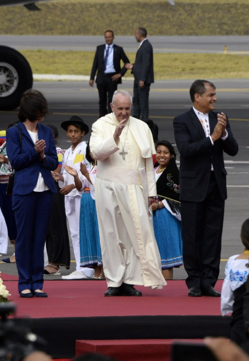 Pope Francisco in Ecuador with Indigenous children and President Rafael Correa