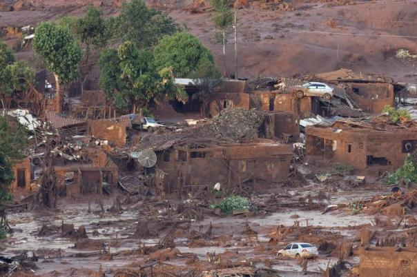 General view of where a dam burst in the Brazilian village of Bento Rodriguez in Mariana, Minas Gerais state, Nov. 6, 2015. Photo: Douglas Magno/AFP/Getty Images