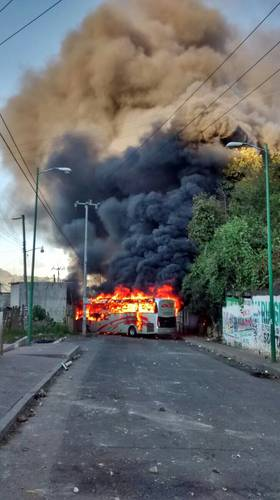 "Before, during and after the confrontation with police in Oxchuc, Chiapas, dissidents burned three trucks belonging to the State Preventive Police, two small trucks of the ""Trustworthy Police"" and two buses belonging to commercial lines, besides damaging a tractor-trailer. Photo: La Jornada"