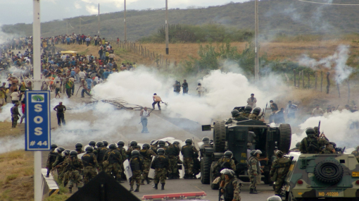 Police officers take up positions against native people in Bagua province June 5, 2009. The death toll rose on Saturday after Peruvian security forces battled native Indians in clashes that highlighted opposition to exploration in the Amazon and could threaten Peru's investor-friendly government. Nine police officers held hostage by the protesters were killed and another 22 were freed by troops in a rescue operation, National Police Chief Miguel Hidalgo told Peru's RPP radio broadcaster. He said seven other hostages were missing. Picture taken June 5, 2009. REUTERS/Thomas Quirynen (PERU POLITICS CONFLICT)