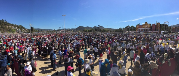 The Pope headed a mass before a crowd of thousands of indigenous Chiapanecos gathered in the San Cristóbal de las Casas Municipal Sports Center. Photo: Afp
