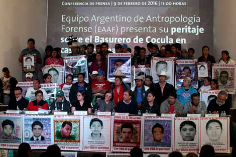 The Argentine Team of Forensic Anthropology (EAAF), accompanied by the parents of the 43 Ayotzinapa students and others. Photo: José Antonio López, La Jornada.