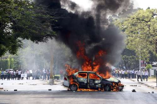 Car set on fire in Tuxtla Gutiérrez. Photo: La Jornada.