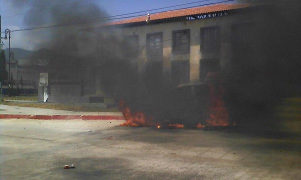 Mayor's offices were set on fire in San Cristóbal.