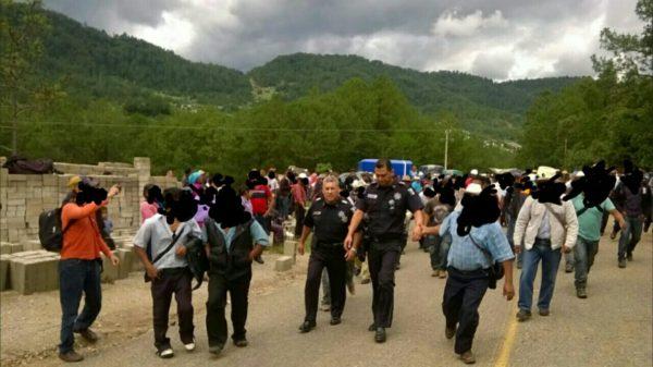 Indigenous people detain Federal Police in Huixtán, Chiapas.