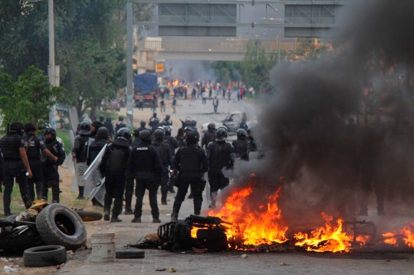 NOCHIXTLAN, OAXACA, 19JUNIO2016.- Maestros de la CNTE apoyados por ciudadanos se enfrentaron con Policías Federales que pretendian retirar un bloqueo carretero, que mantienen los profesores desde hace días en el marco de si lucha en contra de la Reforma Educativa. FOTO: ARTURO PEREZ ALFONSO /CUARTOSCURO.COM