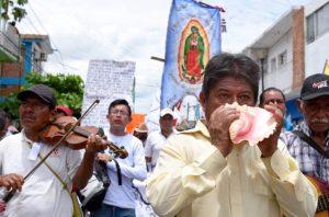 Pueblo Creyente (Believing People) march with teachers in Tuxtla.