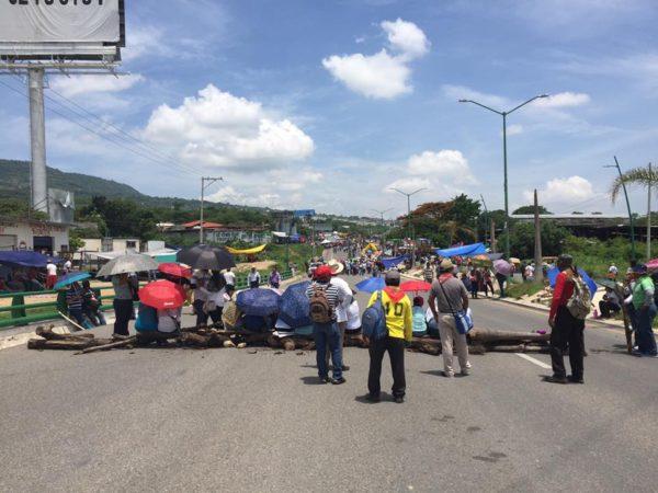 Roadblock at the exit to Chiapa de Corzo and San Cristóbal de las Casas.