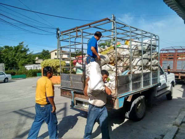 Chiapas teachers unload food sent by the Zapatistas!