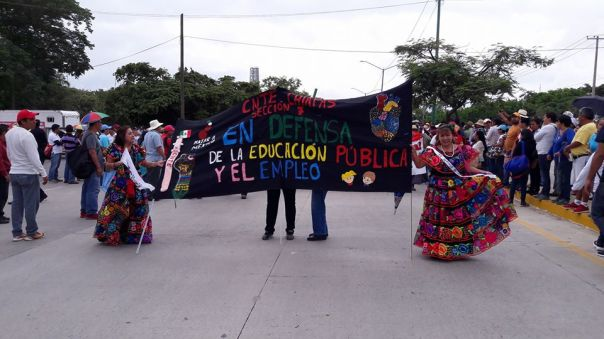 Teachers and parents march on September 1. Photo: Pozol